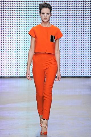 fotomodel in haina de culoare portocalie valli