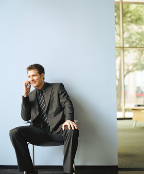 barbat vorbind la telefon