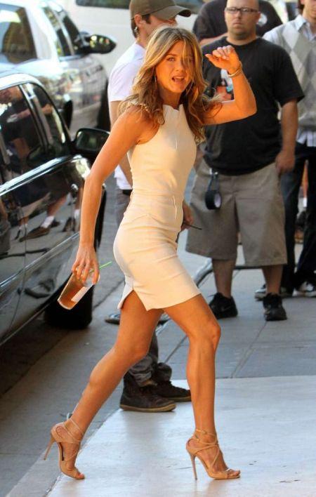 rochie alba si sandale nude