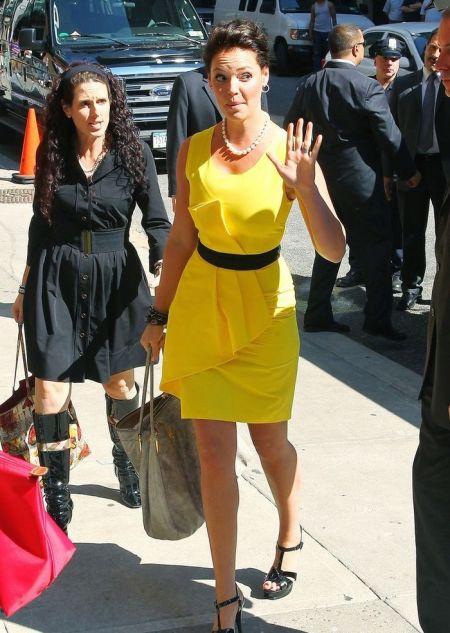 rochii galbene care accentueaza silueta