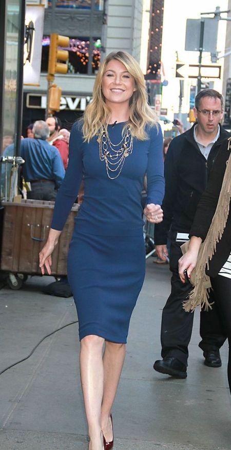 tendinte in moda rochia albastru cobalt a lui ellen pompeo