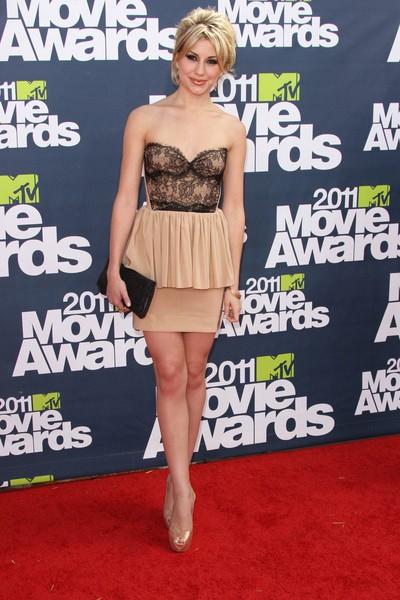 Chelsea Kane intr-un model de rochie mlh