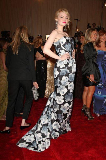 stil de vedeta rochie inflorata cu trena