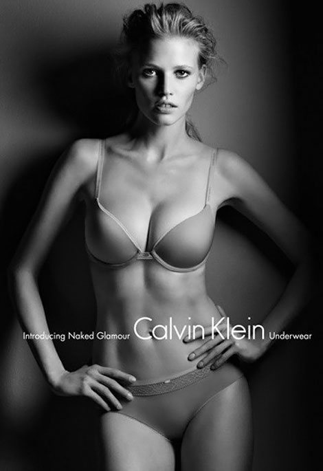 Lara Stone la Calvin Klein