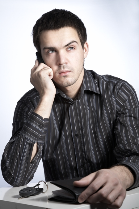 barbat cu telefon