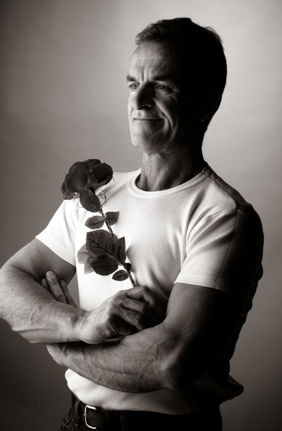 barbat cu un trandafir