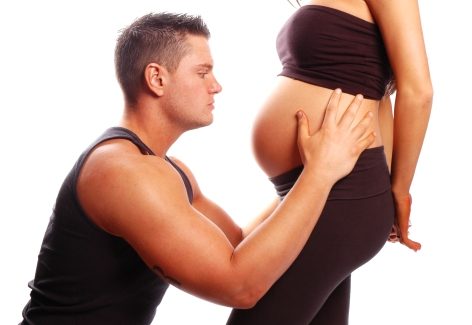 femeie gravida langa iubit