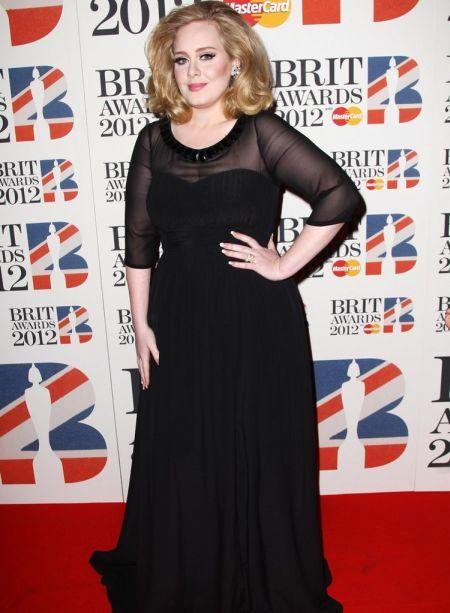 Adele a purtat o rochie lunga de la Burberry