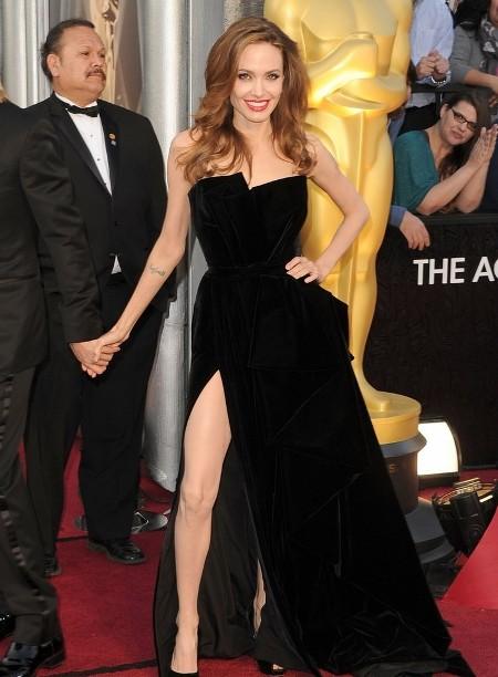 Angelina Jolie a purtat o rochie din catifea neagra de la Versace