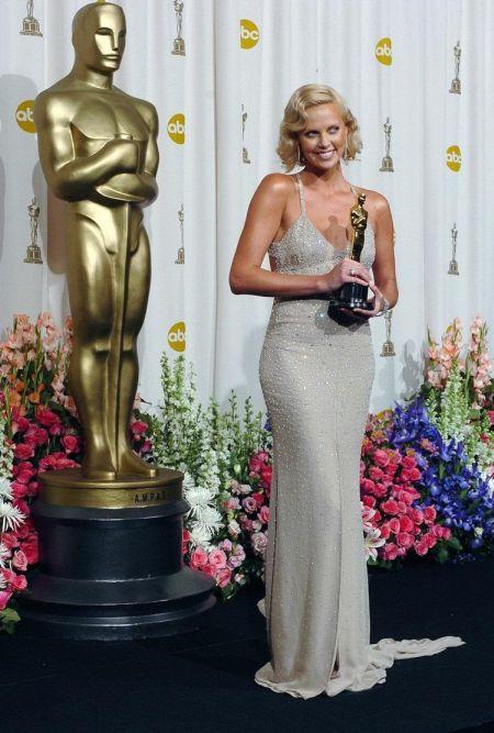 Charlize Theron a fost admirata in rochia creata de Gucci