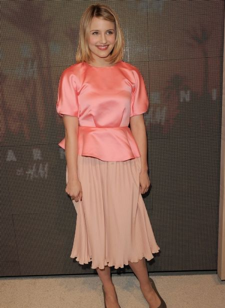Dianna Agron a purtat o bluza din satin somon si fusta plisata soft pink