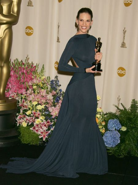 Hilary Swank a atras privirile cu rochia dark navy de la Guy Laroche