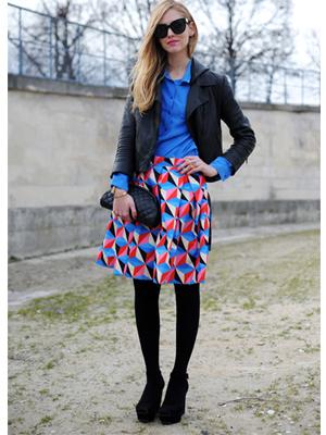 fusta cu imprimeuuri grafice, bluza albastra, geaca din piele neagra