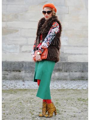 fusta asimetrica, dresuri portocalii, bluza cu imprimeuri florale