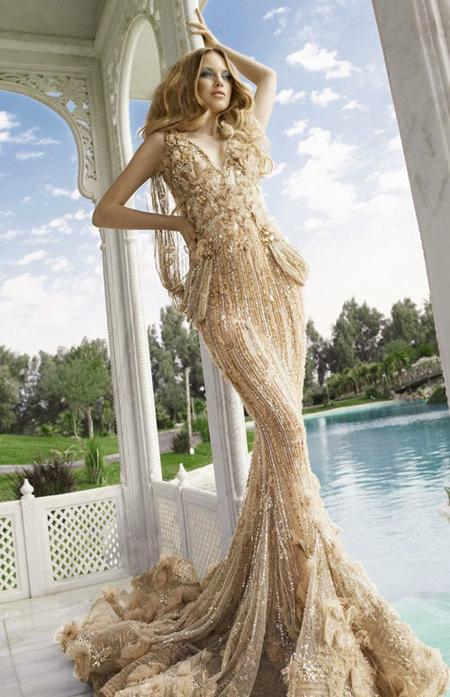 Rochie din voal nude, mulata, cu trena, brodata manual cu paiete argintii si aurii, cu franjuri si petale de flori