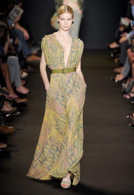 Rochie lunga, larga, cu decolteu seducator, in nuante soft de bej, galben si verde