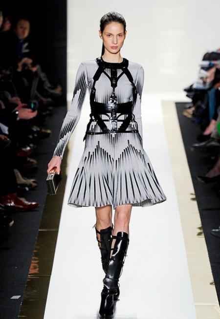 Rochie pale gri, din matase, cu maneci lungi si imprimeuri negre