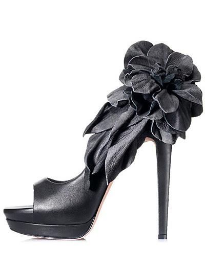Pantofi din piele neagra, sofisticati, eleganti si feminin, cu platforma si un accesorii florale din piele atasat
