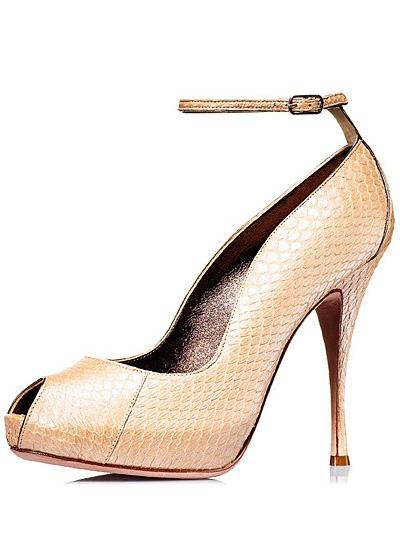 Pantofi din piele de sarpe, stralucitori, nude, cu toc foarte inalt, prinsi pe glezna cu o bareta subtire