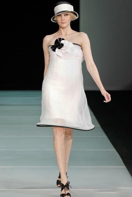 tinuta vintage, cu o rochie alba superba, midi, fara umeri