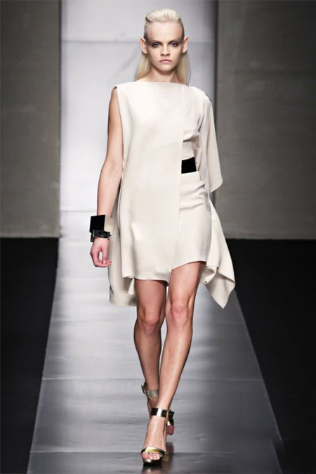rochie ivory futurista, asimetrica, din valuri de matase suprapuse