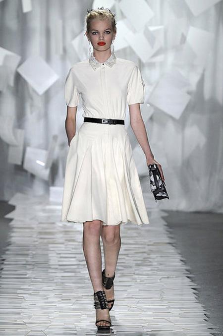 rochie vintage, alba, midi, cu fusta larga si top strans pe corp
