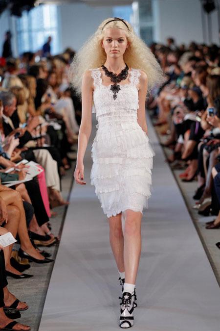 rochie alba din dantela, cu volane feminine si bretele late