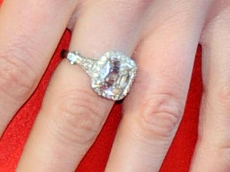 poarta un inel clasic, cu un diamant de 6 carate, estimat la 150.000 de dolari