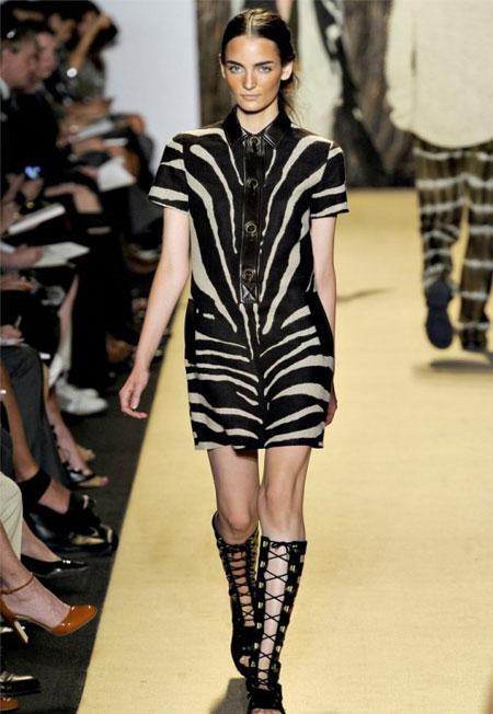 Fusta si bluza din piele intoarsa, in nuante de alb si negru, cu imprimeu zebra