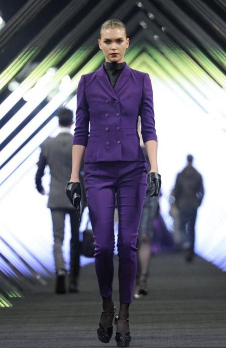 Costum clasic cu pantaloni skinny, sacou cambrat, din stofa deeo purple