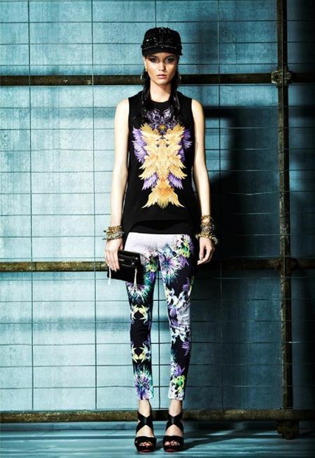 Pantaloni skinny colorati si cu imprimeuri florale, in negru, alb si violet