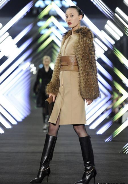 Rochie din stofa de lana bej-nude, inchisa pe nasturi, stransa pe talie cu o curea foarte lata din piele bej