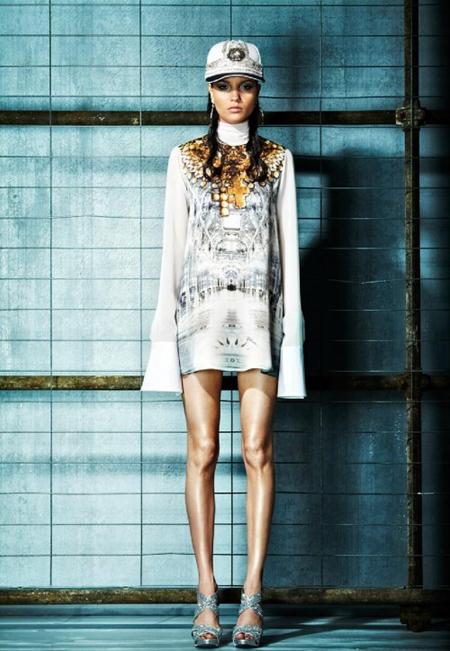 Rochie alba din matase, mini, larga, cu maneci foarte lungi, imprimeuri in gri, negru si auriu