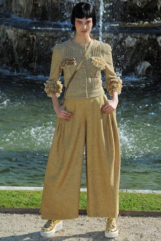 Tinuta military reinterpretata, cu pantaloni foarte largi si cu talie inalta
