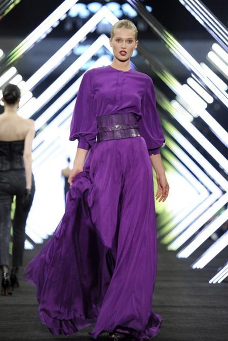 rochie din voal si matase purple, cu volum si maneci lungi, stransa pe talie cu un cordon din piele