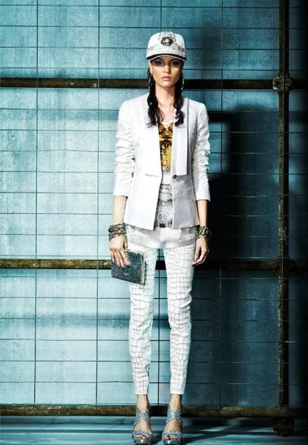 Pantaloni albi skinny, print-animal, asortati cu un top lung din matase in alb, golden si grey