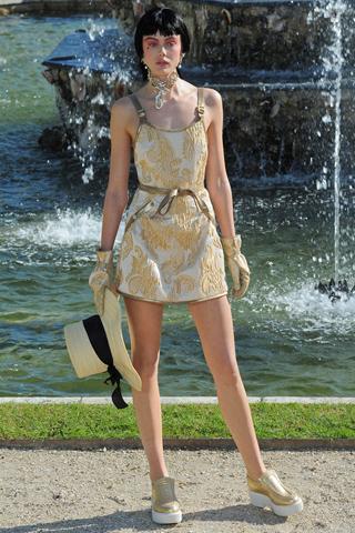 Rochie de vara ultra mini, din matase ivory, brodata in totalitate cu dantela aurie