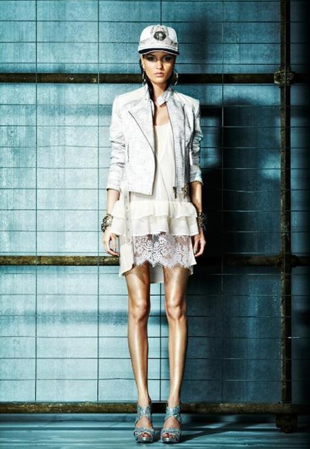 Rochie mini, din matase si dantela, semi transparenta, purtata cu o geaca scurta, alb-argintie