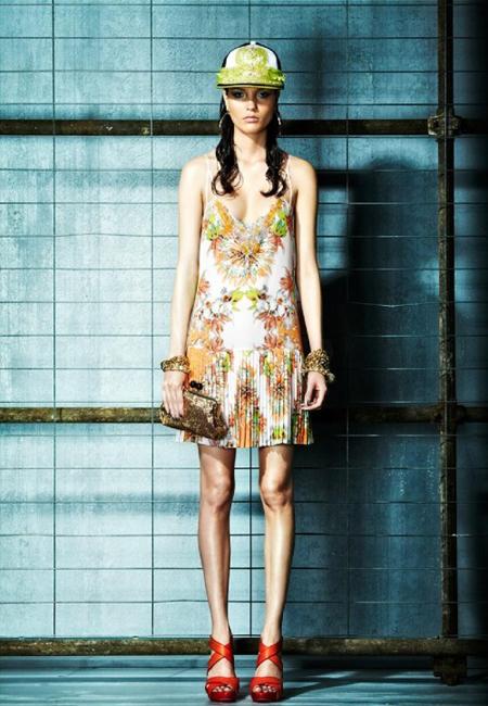 Rochie mini, de vara, din matase, cu fusta plisata si imprimeuri florale in nuante soft