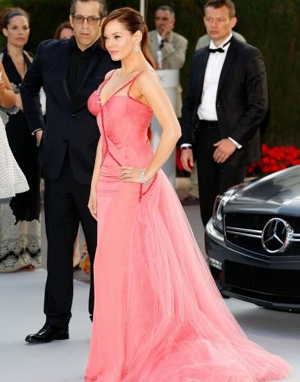 rochie superba, din voal roz, cu paiete, foarte decoltata si cu trena, semnata Atelier Versace