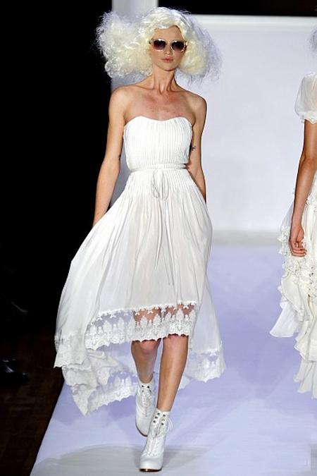 Casa de moda Bebe propune o rochie de vis: alba, asimetrica, din matase, fara umeri si brodata cu dantela transparenta
