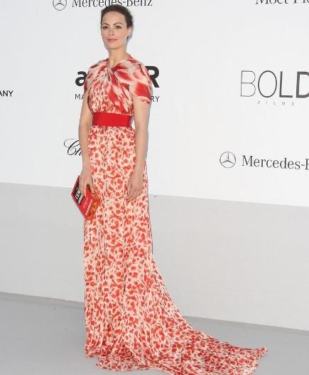 rochie din voal si matase, in alb si rosu, cu un cordon din satin in talie, semnata Giambattista Valli Haute Couture
