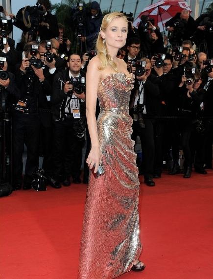 rochie argintie, fara umeri, dintr-un material pretios, de la Vivienne Westwood Couture