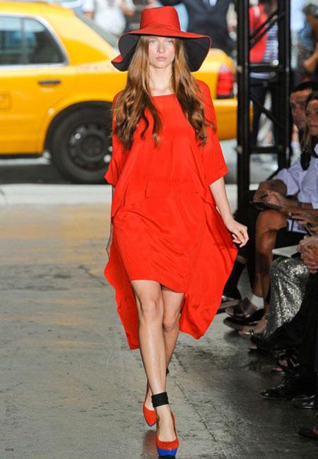 DKNY propune o rochie neon orange, asimetrica, cu maneci 3/4