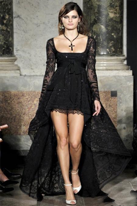 Emilio Pucci a ales varianta extrem de sexy a rochiei asimetrice: ultra mini, cu o trena bogata, decolteu seducator, din dantela neagra, cu transparente interesante