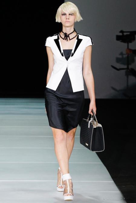 Emporio Armani a propus rochie din satin neagra, midi, combinata cu un sacou alb