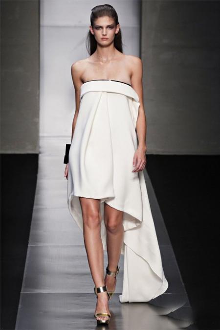 Gianfranco Ferre propune o rochie superba, din matase alba, mini, cu trena asimetrica, fara umeri