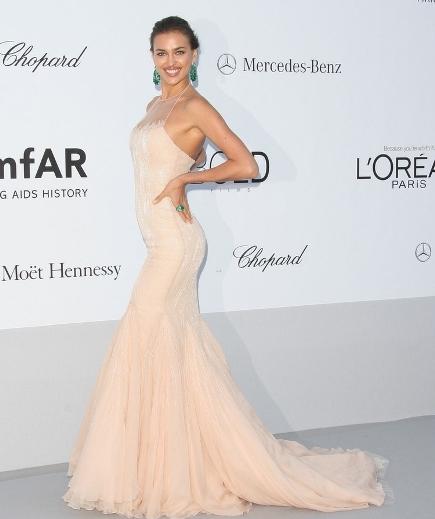 rochie perfect mulata, nude, stralucitoare si foarte sexy, cu trena din voal, de la Roberto Cavalli