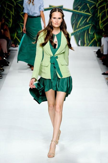 Jo No Fui propune o rochie mini, din satin verde, cu decolteu elegant si asortata cu un sacou impecabil si sandale nude