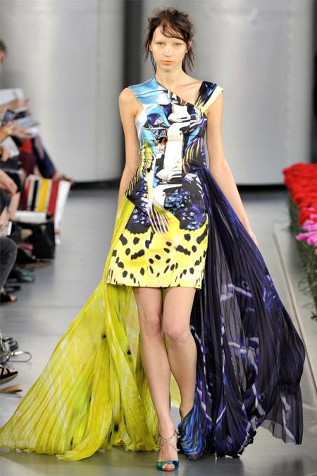 varianta exotica a rochiei asimetrice: mini, din matase, cu imprimeuri elaborate, in nuante de galben, navy si turcoaz